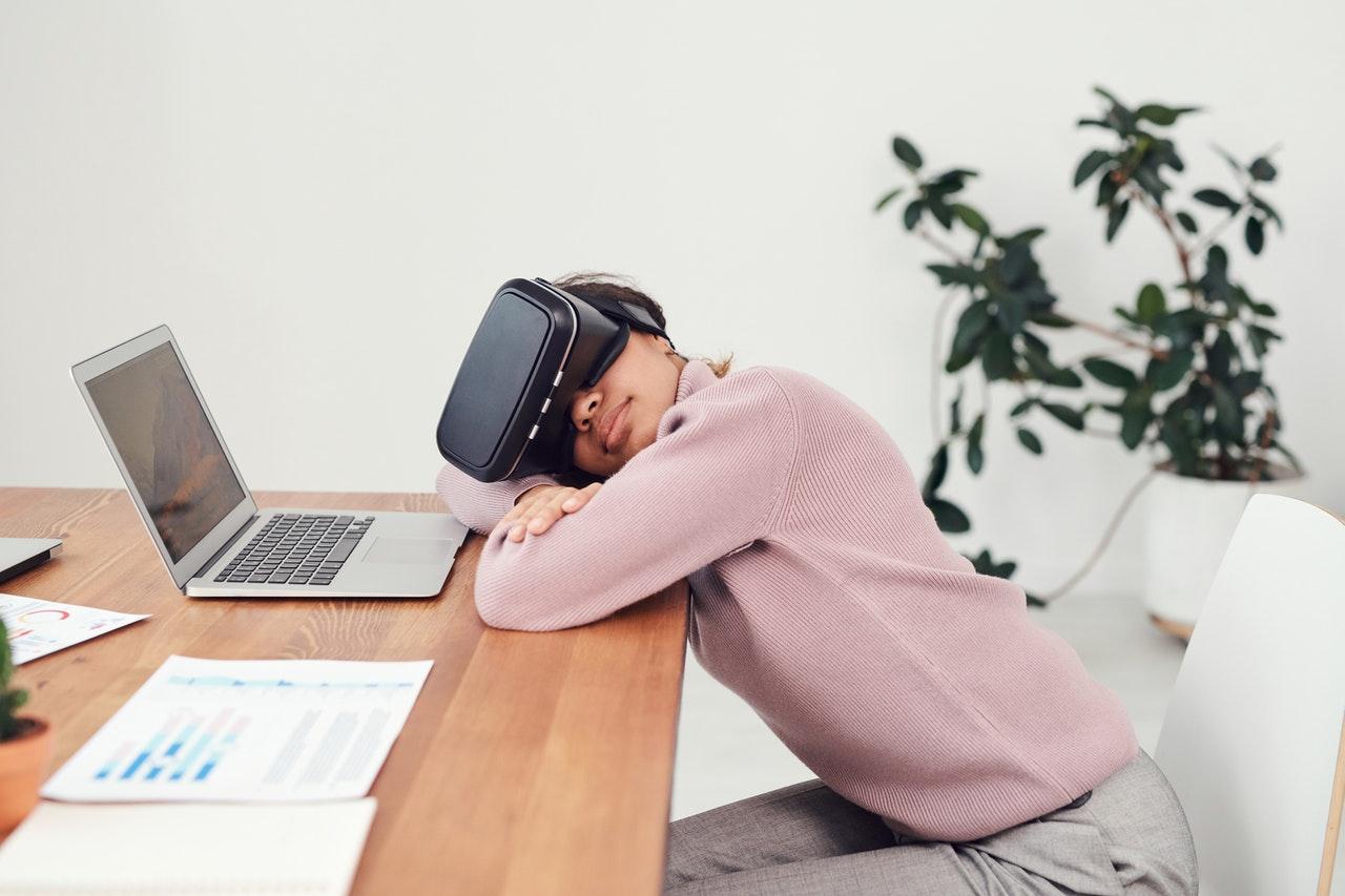 woman using VR lens